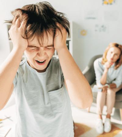 hijo, maltrata, psicológicamente, padres, hijos, maltrato, violencia, violencia filio-parental